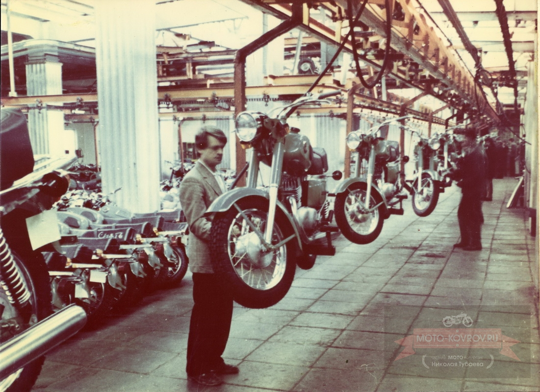 Конвейер. 2-я линия сборки мотоциклов Восход-3.