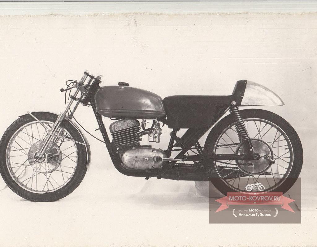 Опытный образец мотоцикла Восход-175ШК-2 фото слева